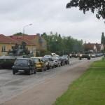 Militärkolonn passerar på Västanväg en tidig sommarmorgon.